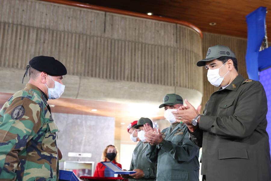 Presidente Nicolás Maduro condecoró a funcionarios que participaron en Operación Negro Primero